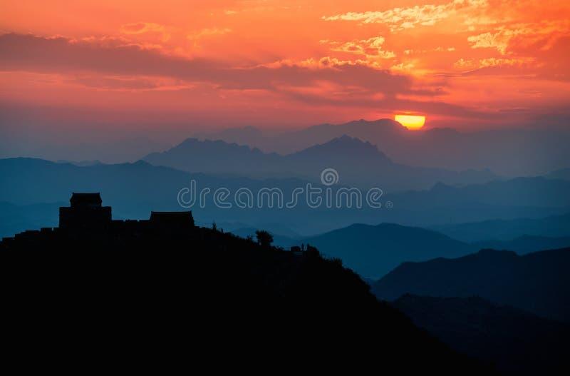 Stor vägg av den Kina naturplatsen under solnedgång arkivfoton