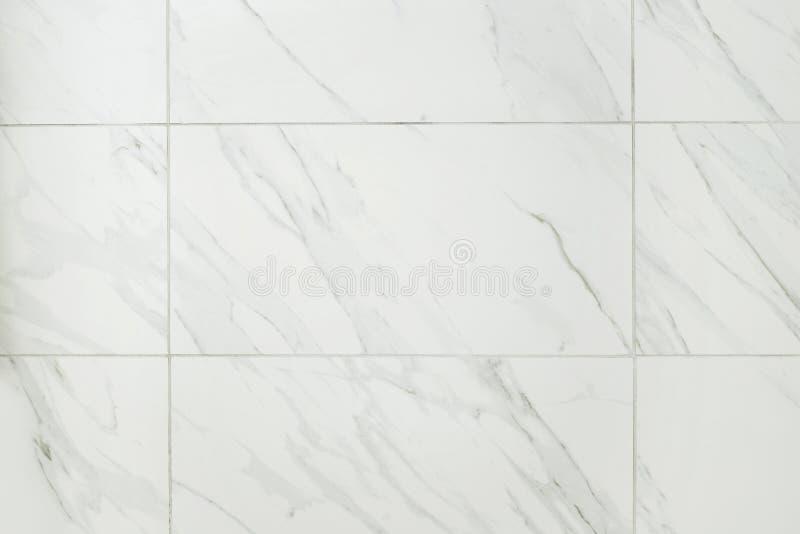 Stor vägg för marmortegelplattabadrum arkivfoton