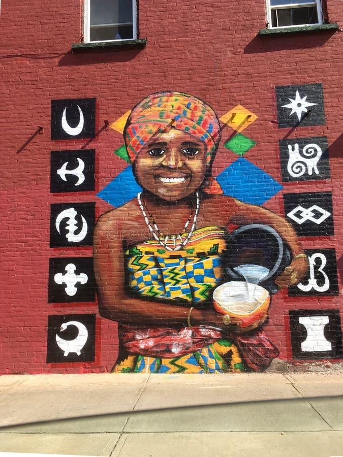 Stor väggmålning av den afrikanska kvinnan och stam- symboler royaltyfria bilder