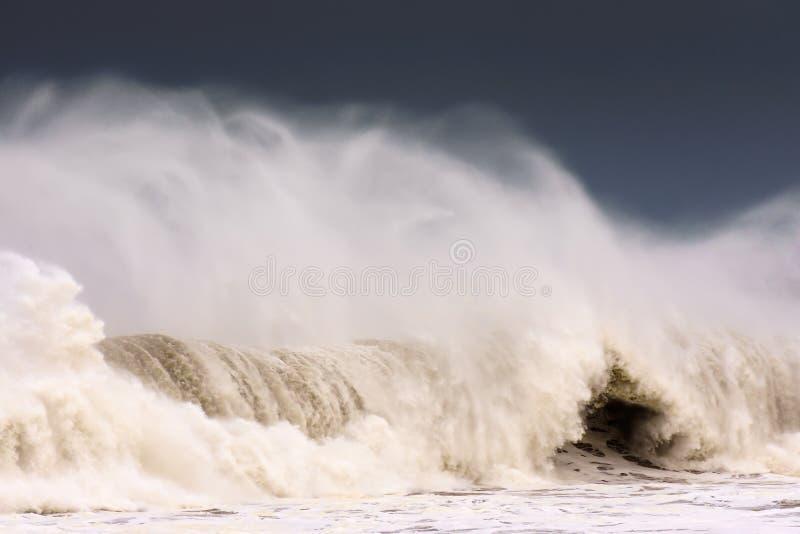 Stor våg som bryter på blåsig dag royaltyfri bild
