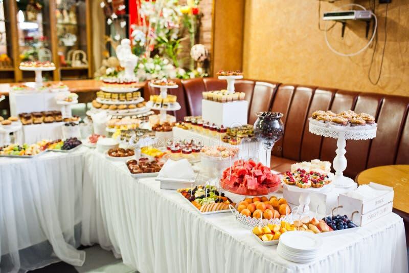 Stor variation av olika mångfärgade mellanmål på bröllopbuna royaltyfri bild
