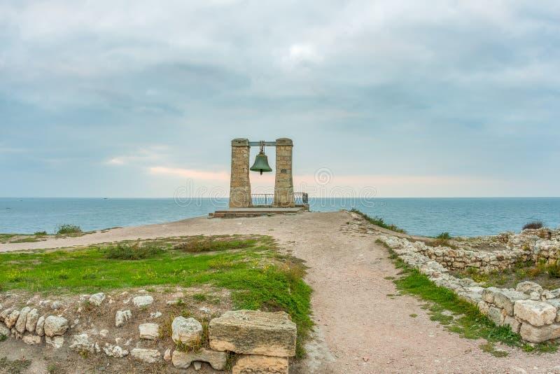 Stor varningsklocka Fördärvar av gammalgrekiskastad av Chersonesus Taurica i den Krim halvön under den molniga himlen royaltyfria bilder