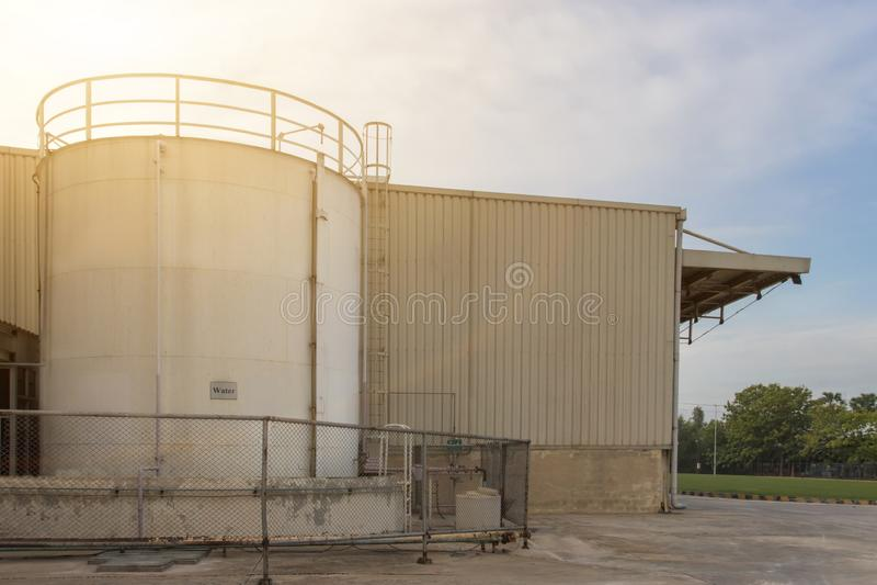 Stor vattenbehållare för brandstridighet i den industriella processen, säkerhet först arkivbild