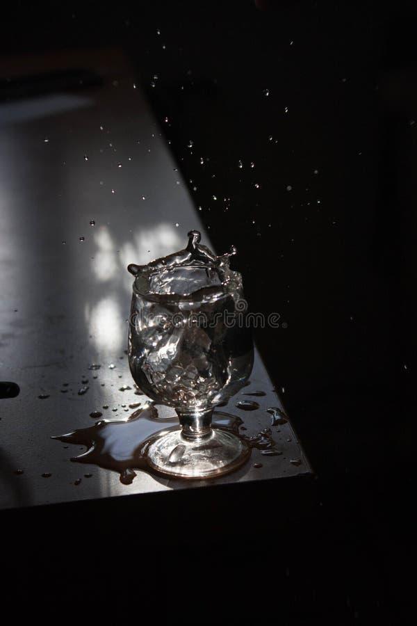 Stor vattendynamik! Vatten är liv! Dricka det mer! arkivfoto