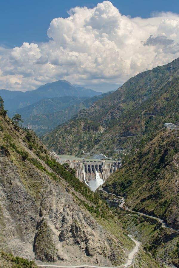 Stor vattenkraftstation som omges av Himalayasberg arkivfoton