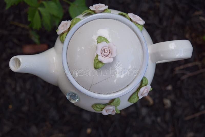 Stor vit blommig trädgårds- tekanna fotografering för bildbyråer