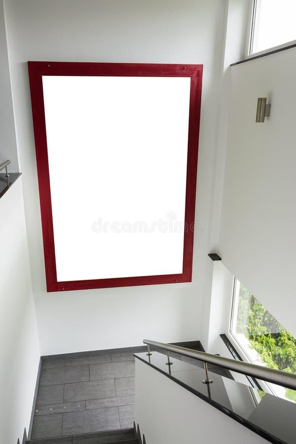 Stor vit isolerad ändring för ram för utrymmeannonseringtrappuppgång röd royaltyfri fotografi