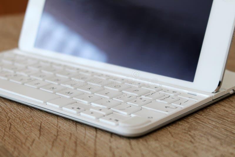 Stor vit minnestavla med det moderna tangentbordet på kontoret arkivfoton