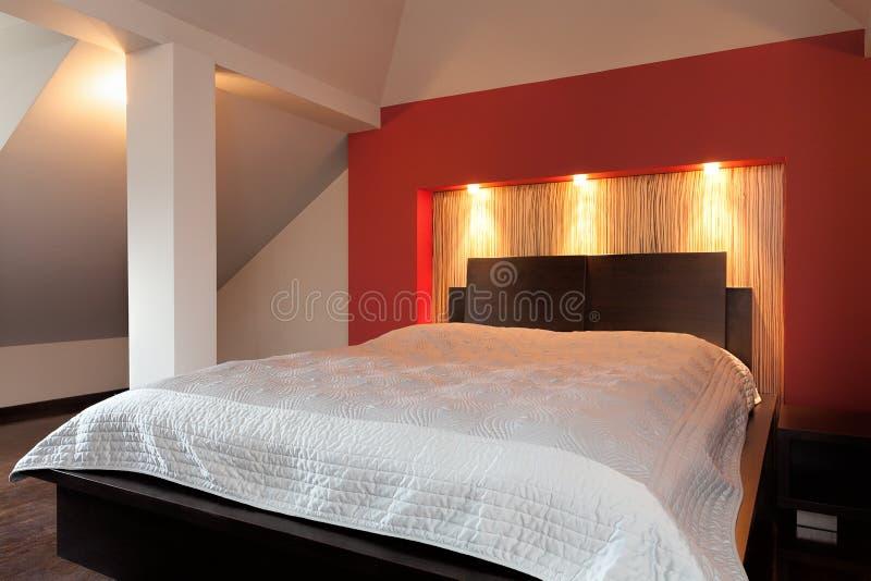 Stor vit säng arkivfoton