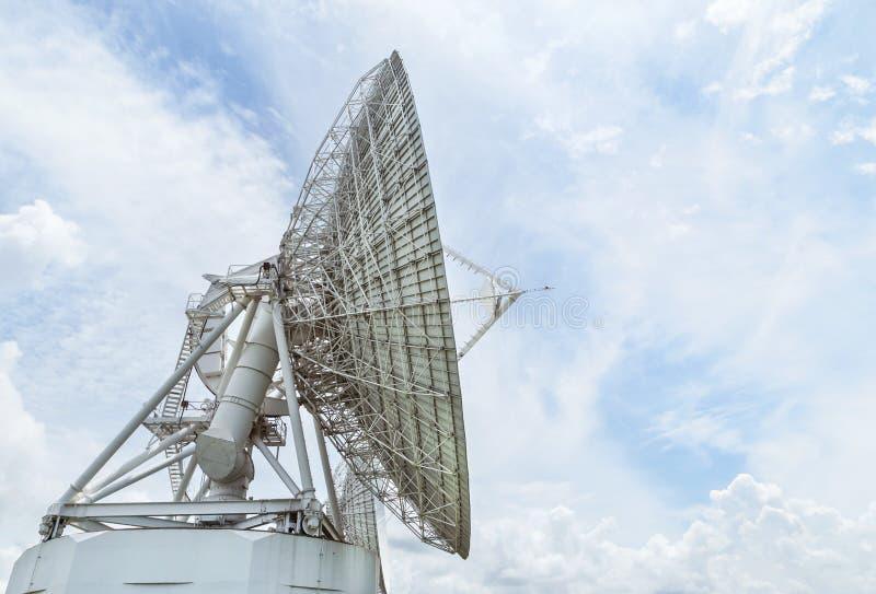 Stor vit satellit- disk i station för kommunikationsantennmitt royaltyfri bild