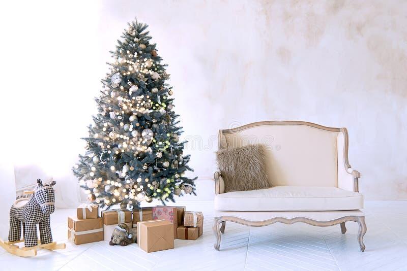 Stor vit vardagsrum med en tappningsoffa och en stor julgran fotografering för bildbyråer