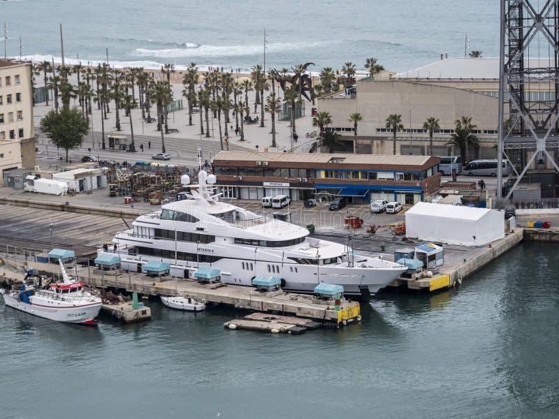 Stor yacht i Barcelona, Spanien arkivbilder