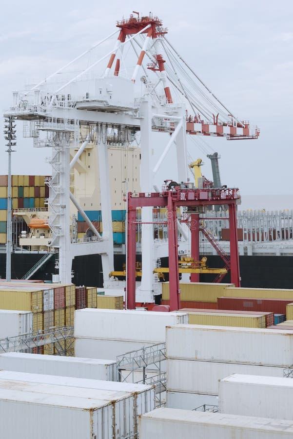 Stora behållare för hamnkranpäfyllning arkivbilder
