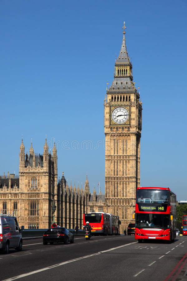 Stora Ben med den röda bussen i London, UK royaltyfri bild
