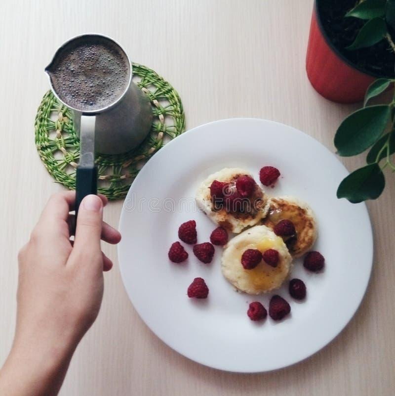 Stora bruna kaffekopp och kaffebönor från överkant fotografering för bildbyråer