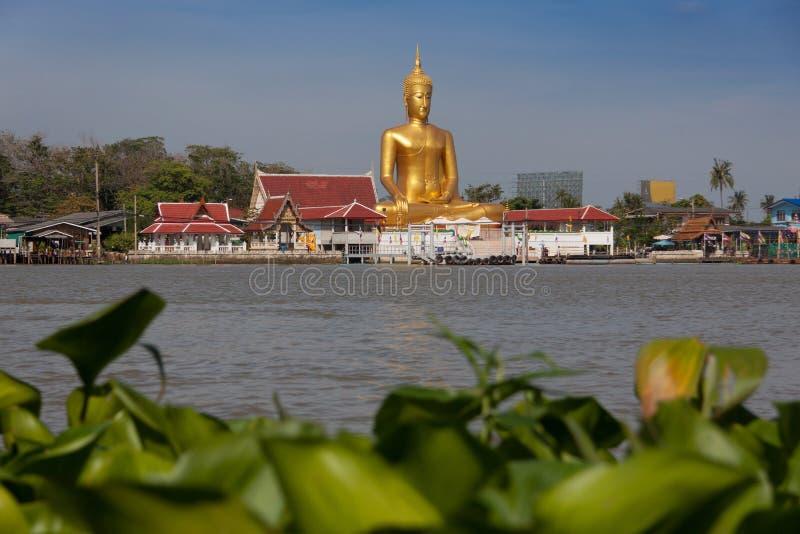 Stora buddha i thailändsk tempel nära den Chao Phraya floden på Koh Kred, Nonthaburi Thailand royaltyfri foto