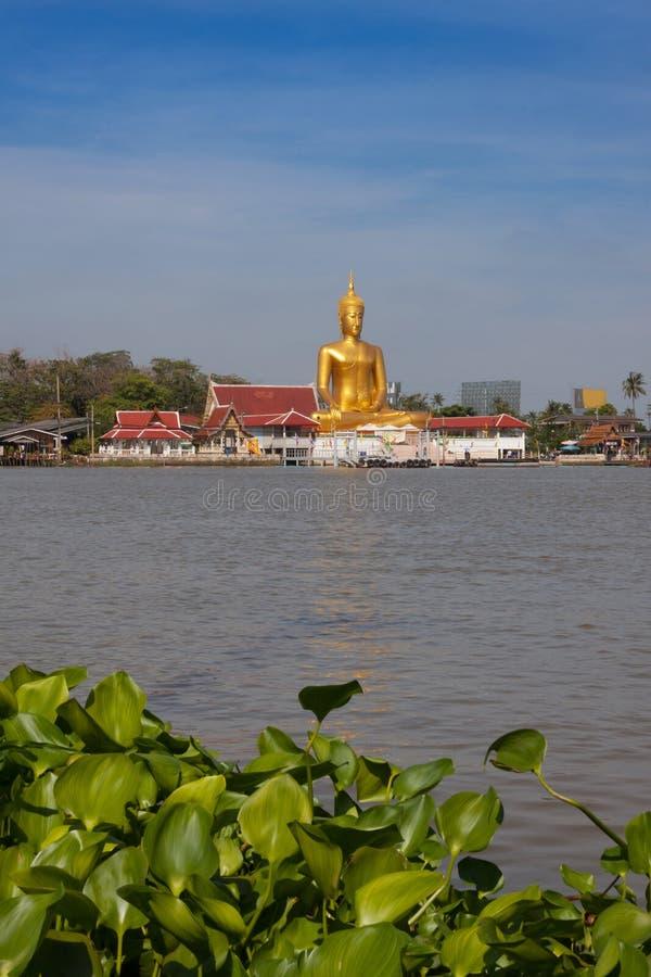 Stora buddha i thailändsk tempel nära den Chao Phraya floden på Koh Kred, Nonthaburi Thailand arkivbilder