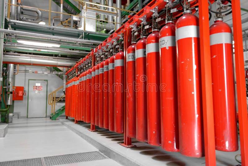 Stora CO2brandsläckare i en kraftverk royaltyfri foto