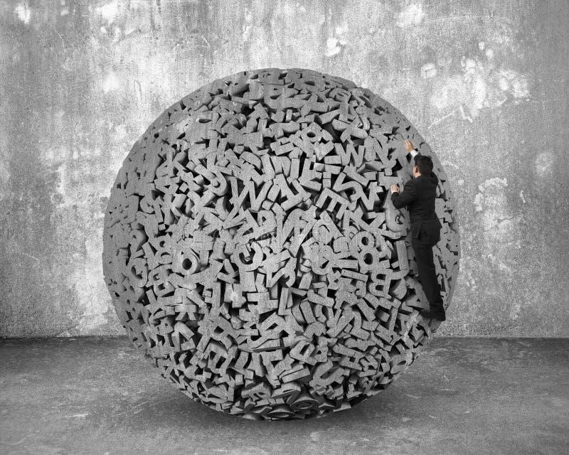 Stora data Affärsman som klättrar på grå teckenboll för conccrete 3d arkivbild