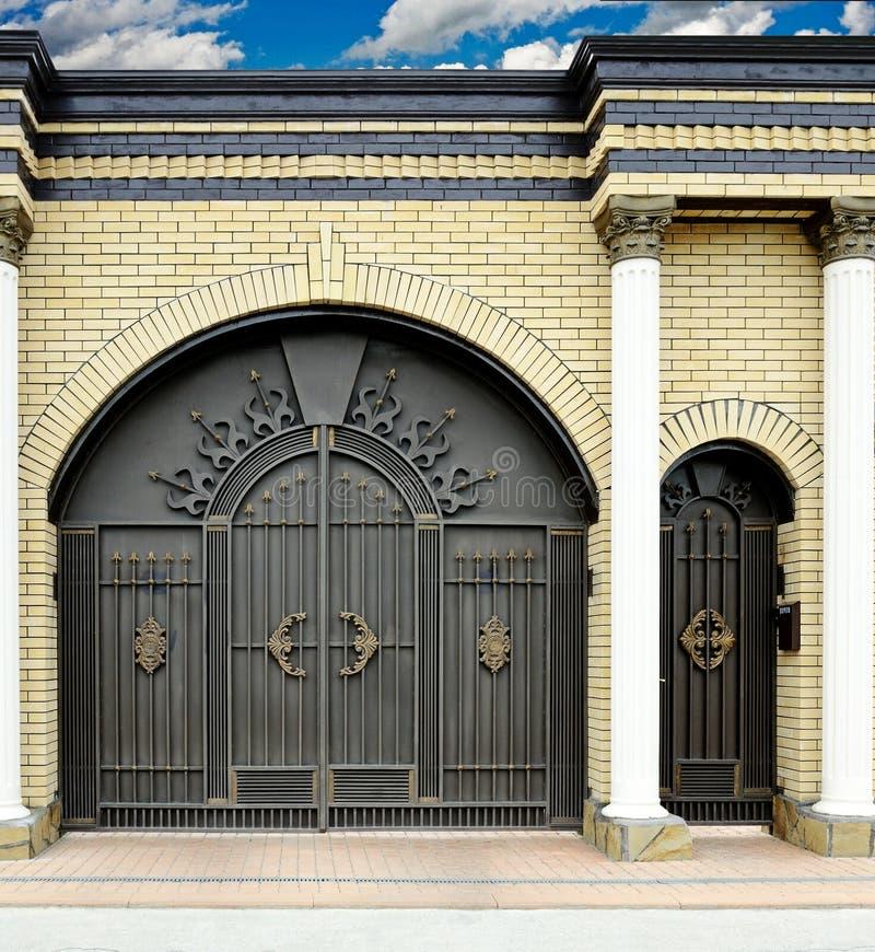 Stora dekorativa portar och dörrar fotografering för bildbyråer