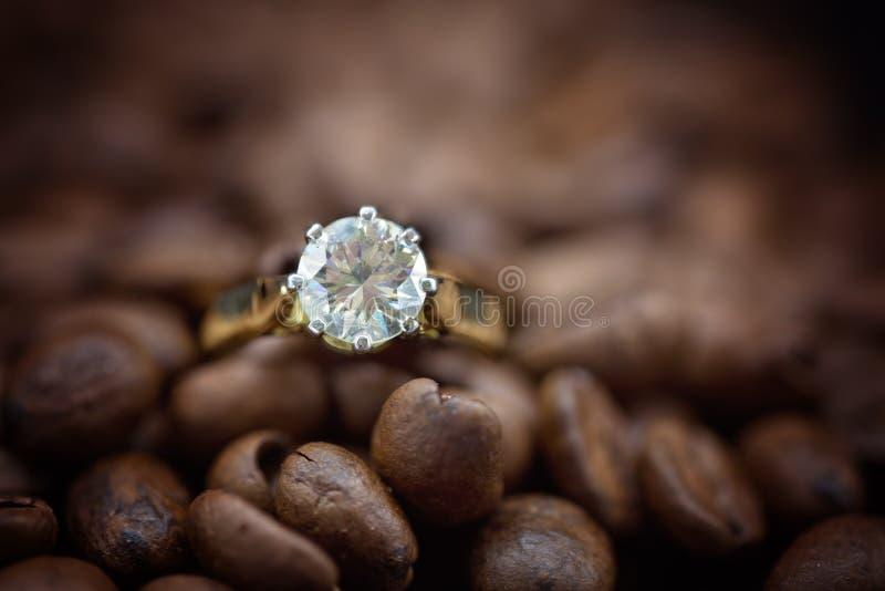 Stora Diamond Solitaire Amongst Coffee Beans royaltyfri bild