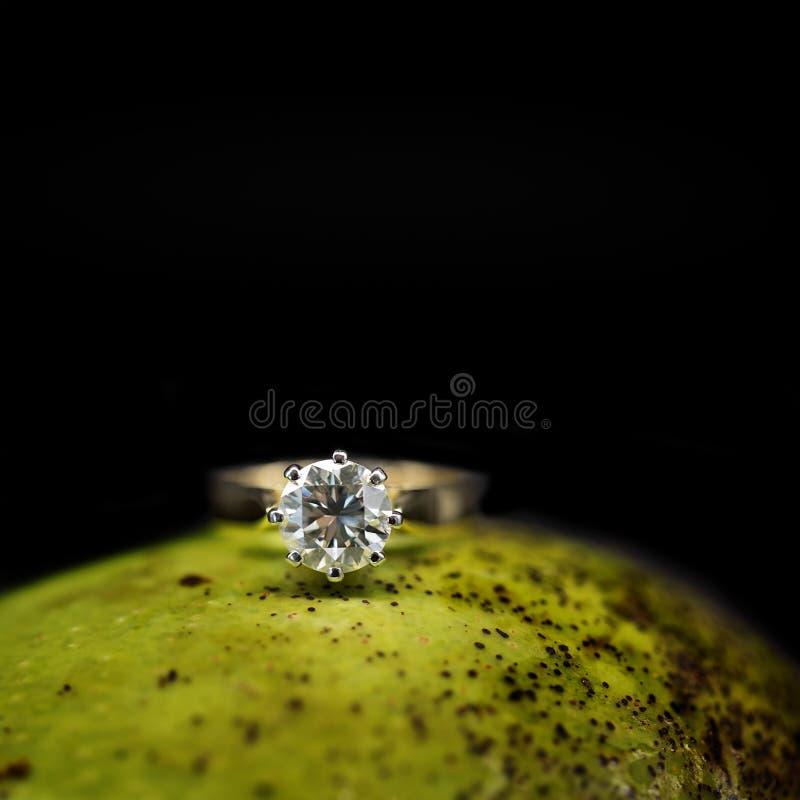 Stora Diamond Solitaire On en mango arkivbilder