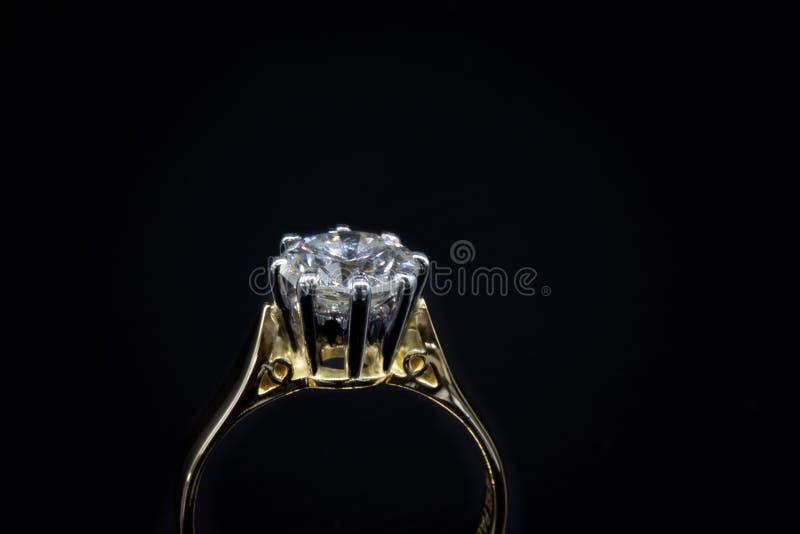Stora Diamond Solitaire Showing Claw Setting royaltyfri fotografi