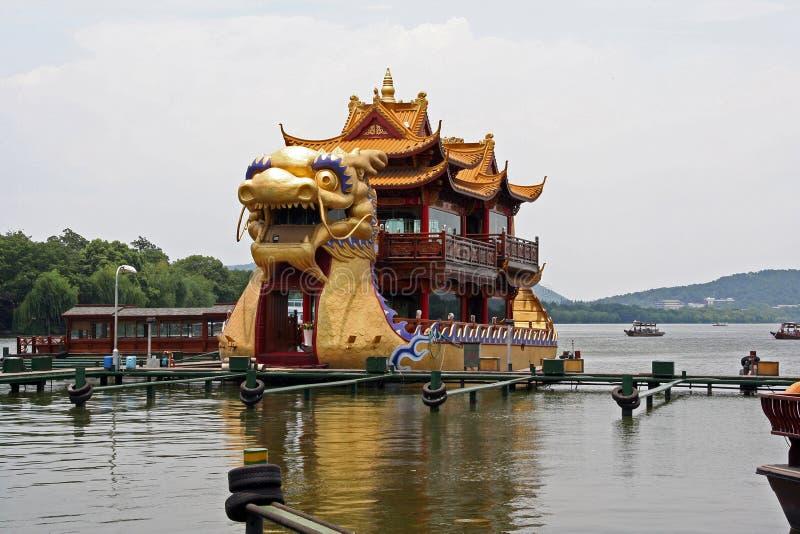 Stora drakefartyg som packas med turister, kryssar omkring vattnet av arkivfoto