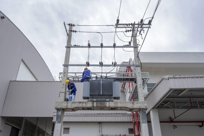 Stora elektriska transformatorer arkivfoto