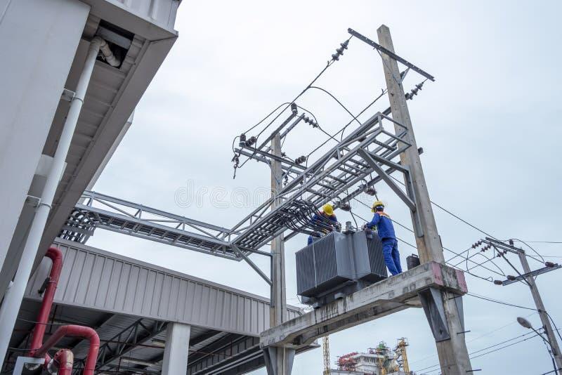 Stora elektriska transformatorer fotografering för bildbyråer