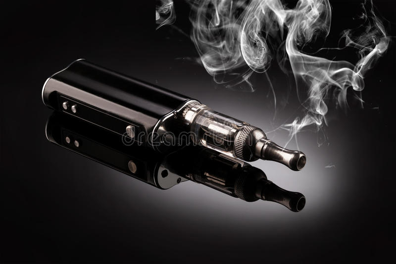Stora elektroniska cigaretter royaltyfria bilder
