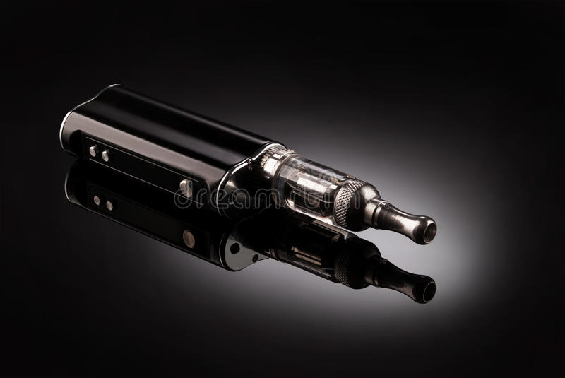 Stora elektroniska cigaretter fotografering för bildbyråer