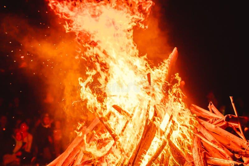 stora fältbrandflammor royaltyfria foton