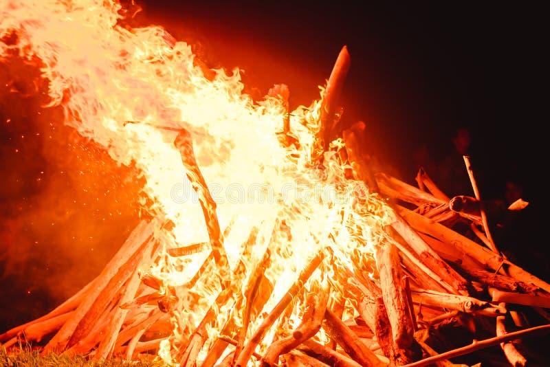 stora fältbrandflammor arkivbild