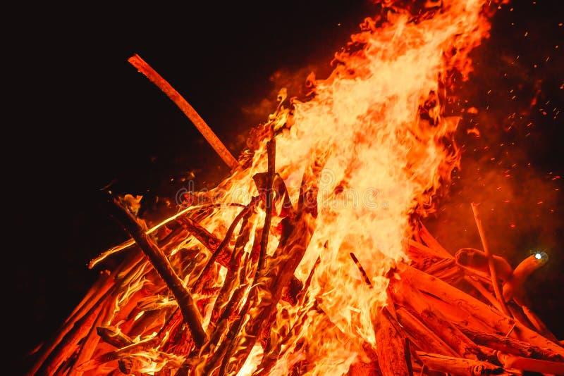 stora fältbrandflammor royaltyfri bild