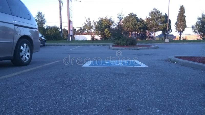 Stora färger visas i denna tomma parkeringsplats fotografering för bildbyråer
