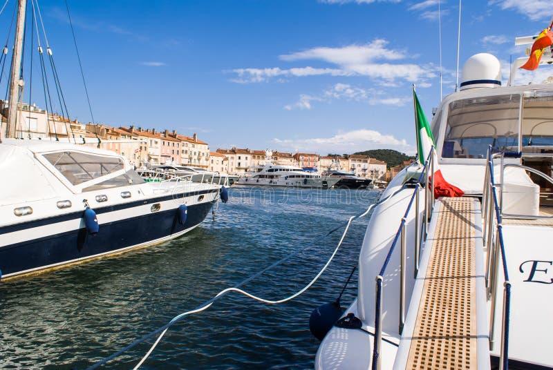 Stora fartyg i hamnen av Saint Tropez arkivfoto