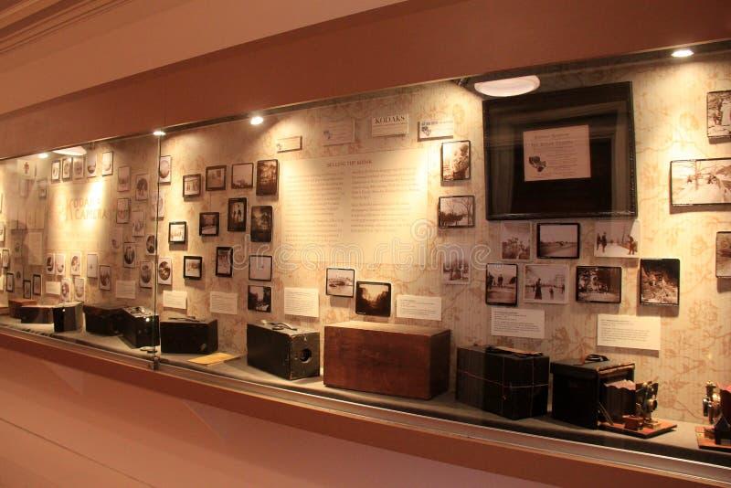 Stora glass fall med kameror som tillhör historiska George Eastman Museum, Rochester, New York, 2017 royaltyfri foto