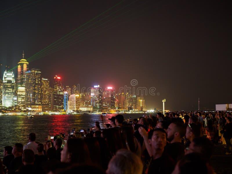 Stora grupp människor samlar på pir av Kownloon för att beundra symfonin för anblick A fotografering för bildbyråer