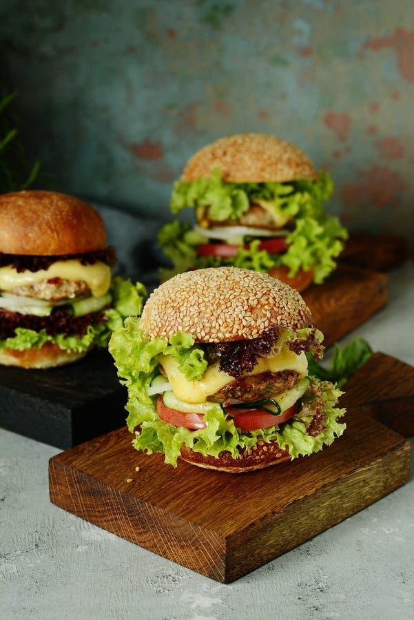 Stora hemlagade saftiga hamburgare för ett nötkött, grönsaker och en ny rulle Smörgås för frukostsnabbmat arkivfoto