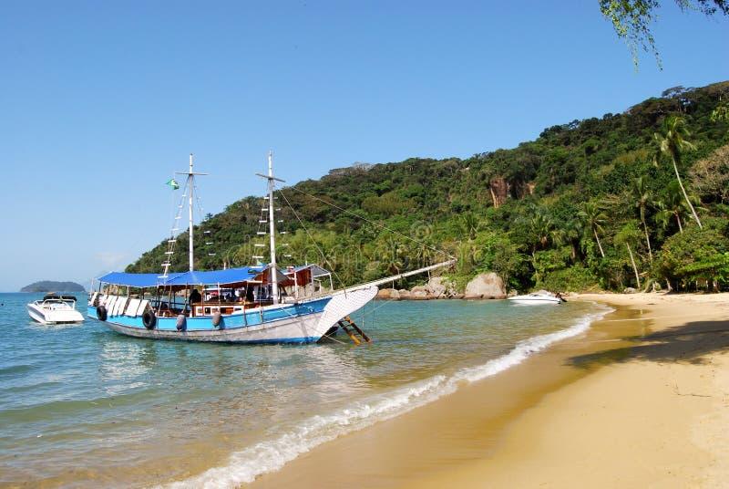 Stora Ilha: Segelbåten på kustlinjen nära Praia Lopes Mendes, det Rio de Janeiro tillståndet, Brasilien royaltyfri fotografi