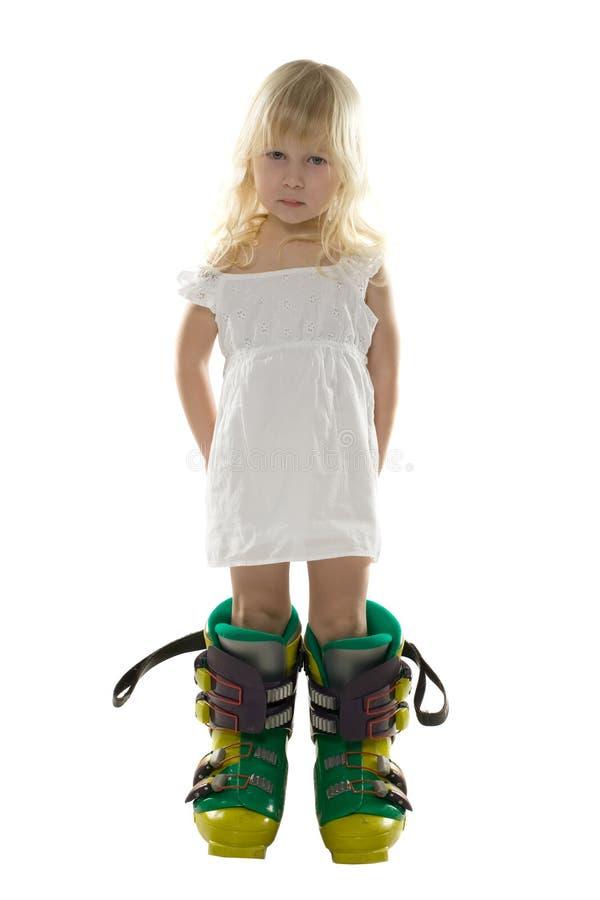 stora kängor klär flickan som little skidar white arkivbilder