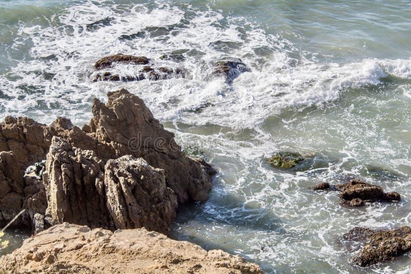Stora klippor i havet arkivfoton
