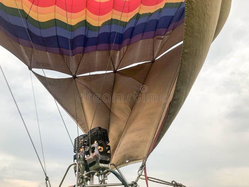 Stora kraftiga metalljärngasbrännare, den termiska stora mång--färgade ljusa runda regnbågen färgade den randiga flygballongen royaltyfri fotografi