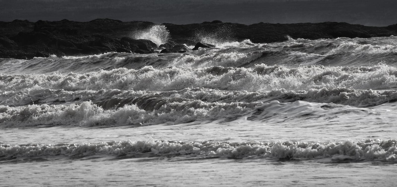 Stora krascha vågor i svartvitt arkivbilder