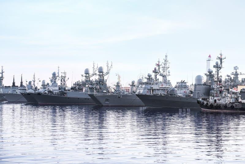 Stora krigsskepp ankrade på havet arkivbilder