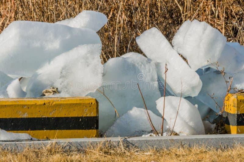 Stora kvarter av is på jordning royaltyfri foto