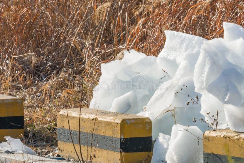 Stora kvarter av is på jordning royaltyfria bilder
