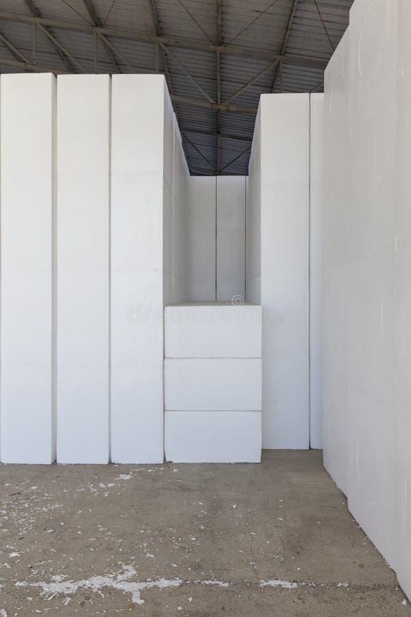 Stora kvarter av polystyren i ett lager royaltyfri bild