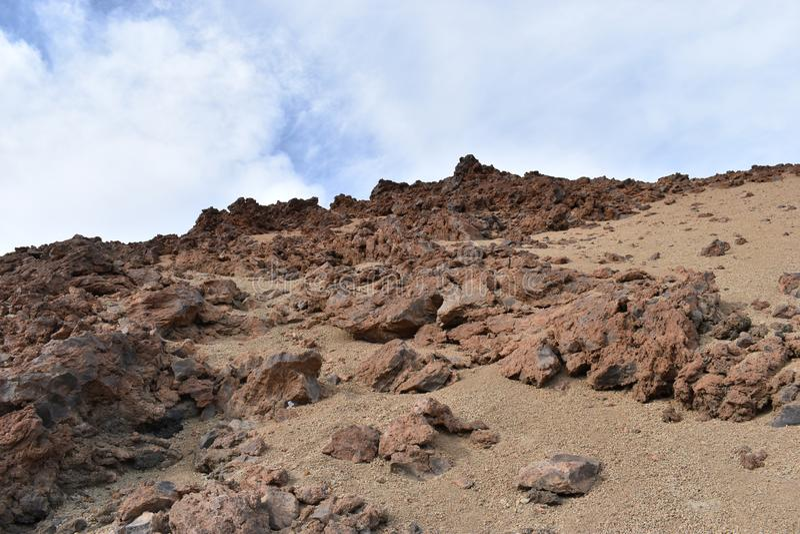 Stora lavastenar på den fotvandra slingan till den stora berömda vulkan Pico del Teide i Tenerife, Europa fotografering för bildbyråer